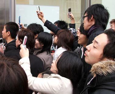 Foule avec téléphones mobiles